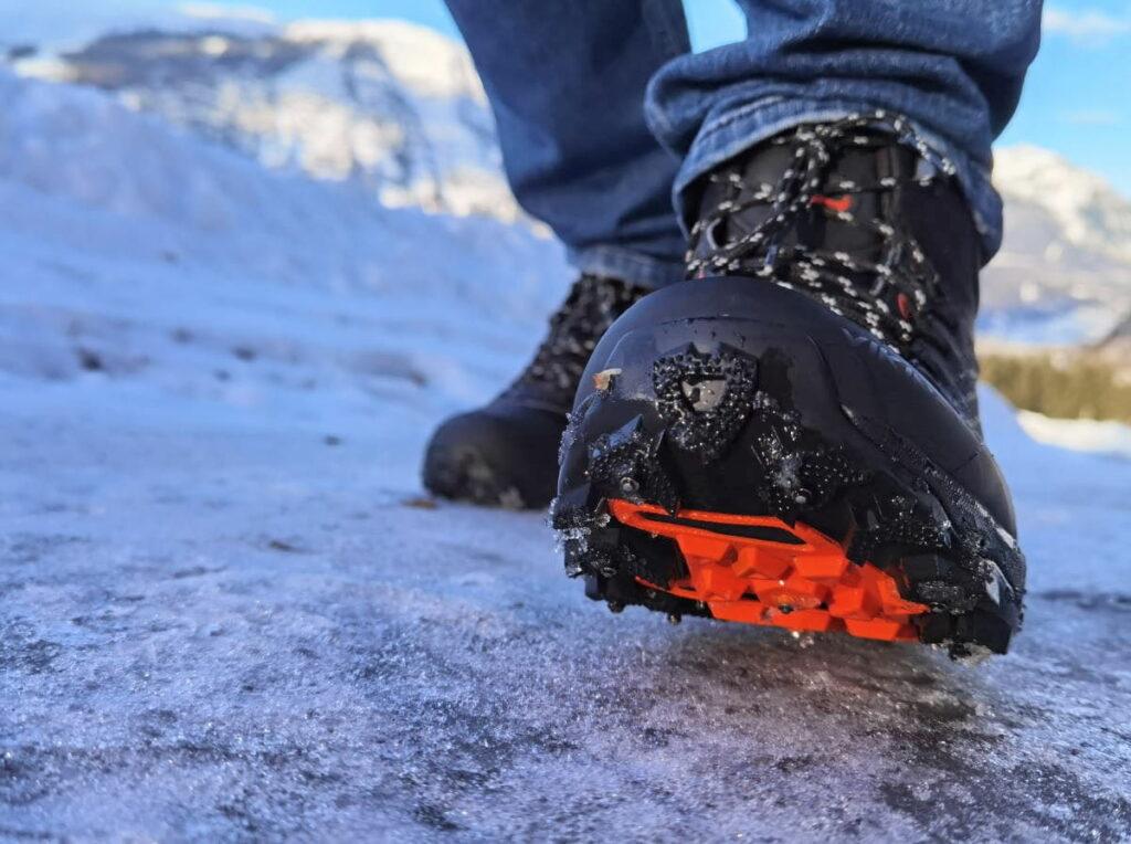 Eisige Wege sind perfekt mit diesen Spikeschuhen zu gehen! Die Eis Spikes halten dich in der Spur.